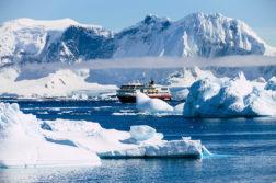MS Midnatsol zwischen Eisbergen in der Antarktis