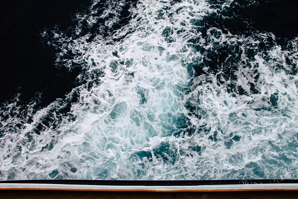 Blick vom Schiff auf das dunkle Meer