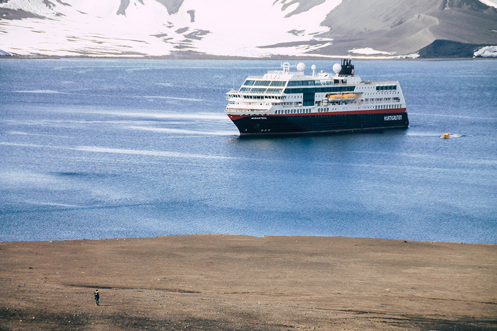 MS Midnatsol auf Deception Island in der Antarktis