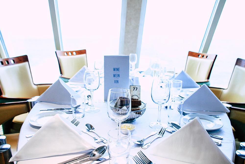 gedeckter Tisch im Restaurant der MS Midnatsol