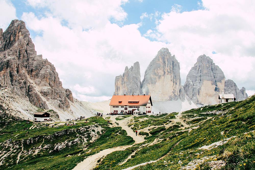Blick auf die Drei Zinnen Huette in den Dolomiten